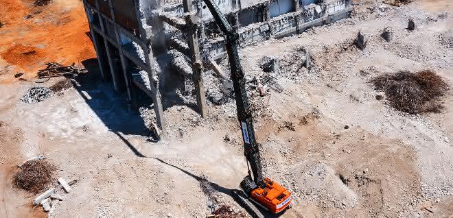 Bagger: Der größte Abbruchbagger Spaniens im Einsatz