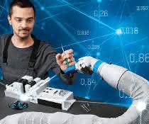 Forschende mit Roboterarmen
