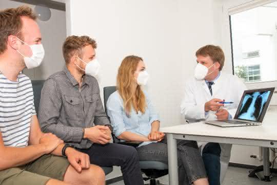Projektleiter mit Studierenden