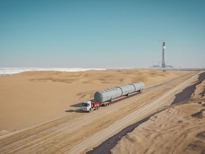 Überlauftanks zum größten Solarpark der Welt transportiert