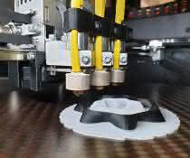 Teilkristalline Kunststoffe bieten interessante Eigenschaften. Sie sollen sich auch im 3D-Druck besser verarbeiten lassen.