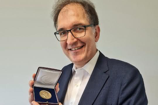 Prof. Dr. Peter H. Seeberger zeigt die Emil-Fischer-Medaille