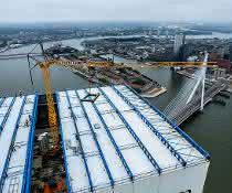 Schnelleinsatzkran: Einsatz in 190 Meter Höhe: Liebherr-Kran in Rotterdam