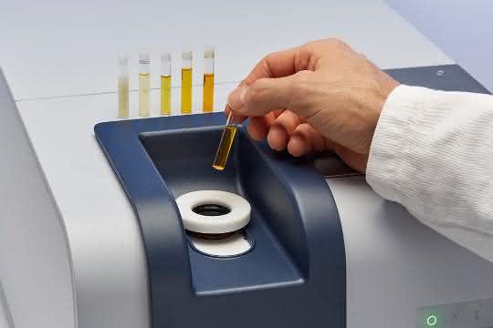Probenröhrchen wird in Analysegerät eingesetzt