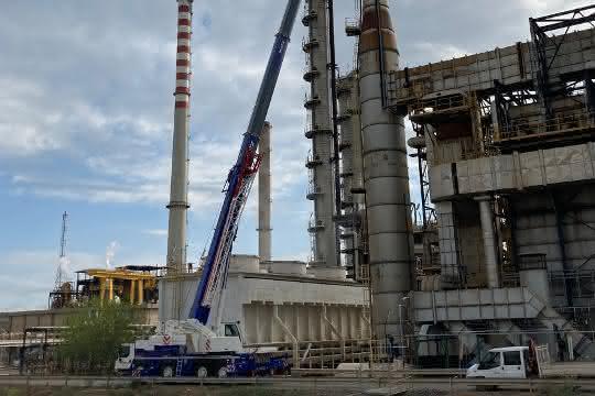 Sardinien: Liebherr-Mobilkran in Raffinerie eingesetzt