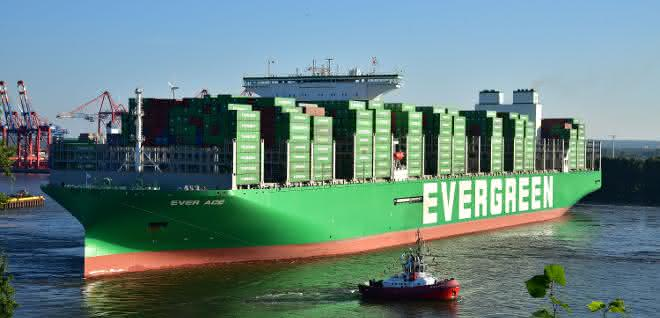 Größtes Containerschiff der Welt gastiert in Hamburg