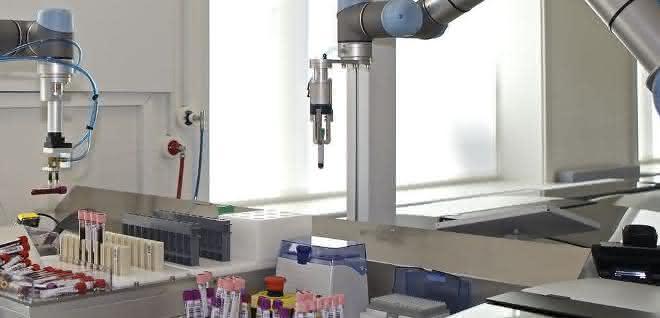 Zwei Roboter handeln Blutproben im Diagnostiklabor