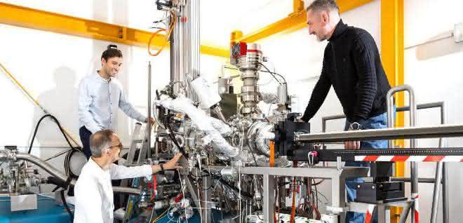 Forscher am Jülicher Quantenmikroskop
