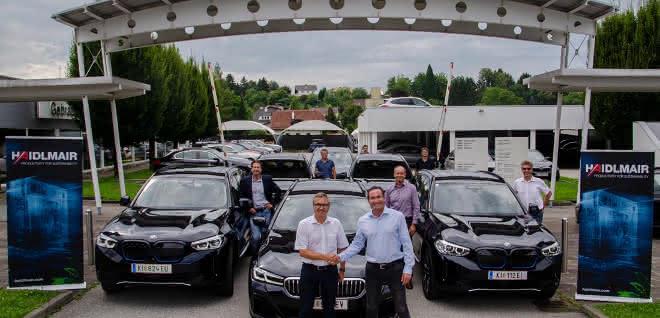 Mario Haidlmair (Vierter von re.) und seine Mitarbeiter bei der Übergabe von sechs neuen Elektro- und Hybridfahrzeugen.