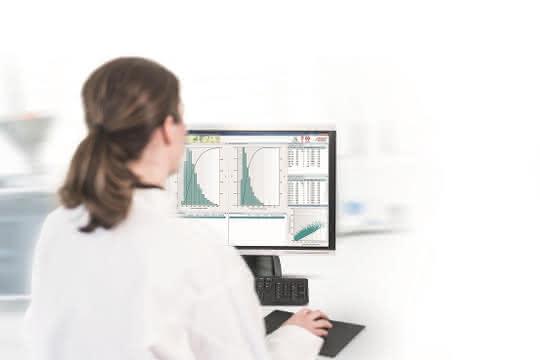 Labormitarbeiterin vor Computerbildschirm