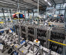 Igus entwickelt und testet seine Gleitlager im größten Testlabor der Branche. 12.000 Verschleißtests finden pro Jahr auf mehr als 450 Prüfstellen statt.