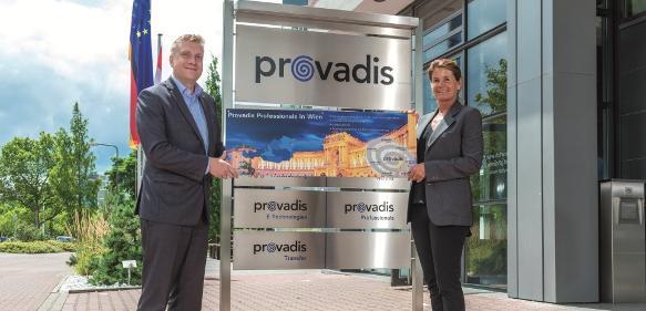 Auf dem Provadis-Campus in Frankfurt am Main übergibt Jan Mach, Geschäftsführer der Provadis Professionals, das Firmenschild für die Niederlassung in Wien an Christina Tschuggnall. (Foto: Provadis)