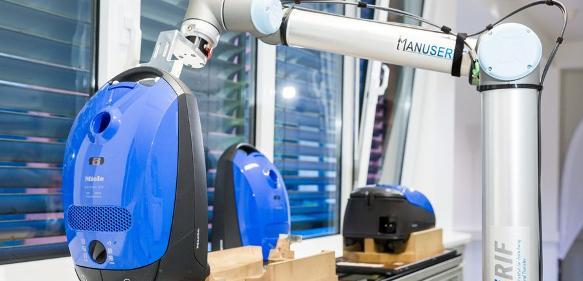 Roboter nimmt den Staubsauger