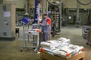 Sackhandhabung bei der Kunststoffabfüllung mit Vakuum-Schlauchheber: Den Rücken dauerhaft entlastet