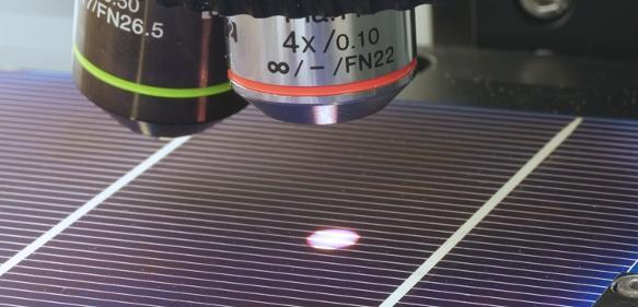 Solarzelle unter einem µ-Raman-Spektrometer. © Foto © FH Südwestfalen/Bernd Ahrens