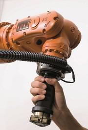 Sicherheitsgerichte Montage- und Handlingsysteme mit Roboterassistenz: Roboter wartet auf Zustimmung