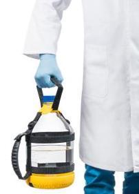 Mit dem Tragesystem von DWK Life Sciences lassen sich großvolumige Laborglasflaschen sicher transportieren. (Bild: DWK Life Sciences)